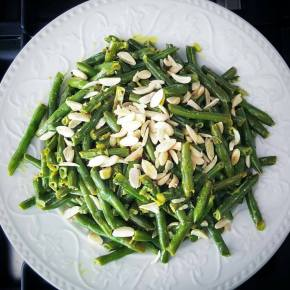 Green beans with coconut and almonds